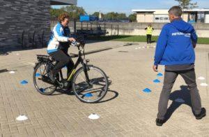 Een vrouw legt een fietsparcour af tijdens een fietsvaardigheidstraining