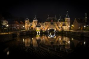 FIetstip 1: Een nachtelijk beeld van de Koppelpoort te Amersfoort